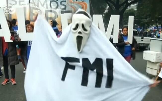 Argentinos em manifestação em 2019 contra decisão de Macri a recorrer ao FMI devido a recessão econômica