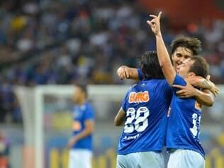 Everton Ribeiro (esq) terá a missão, contra o seu ex-clube, de municiar os companheiros Moreno e Goulart