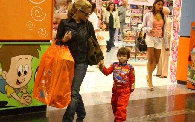 Carolina Dieckmann deixa a loja com o filho e um presentão