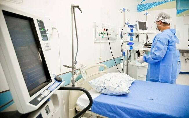 Médico organizando um leito de UTI