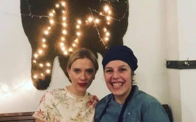 Scarlett Johansson posa com fã na Argentina