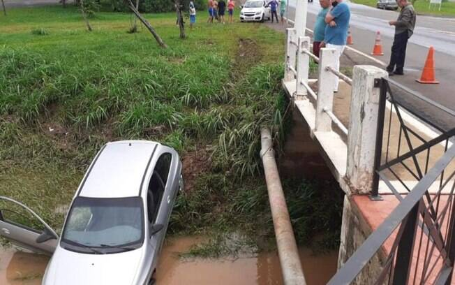 Motorista perde controle e carro cai em crrego de Santa Brbara