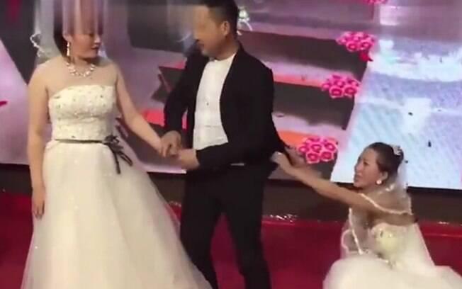 Com vestido de noiva, chinesa invade casamento do ex-namorado e lhe perde perdão e implora por mais uma chance