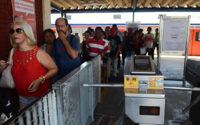 CPTM: filas se formaram na Estação Engenheiro Manoel Feio, onde os passageiros precisaram fazer baldeação de ônibus