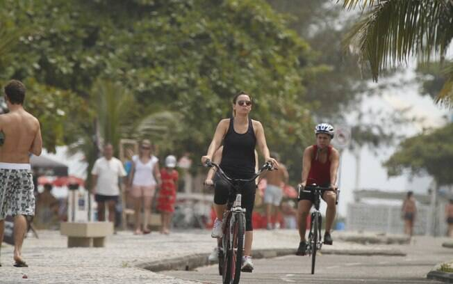 Regiane Alves: rolê de bike pela orla da Barra