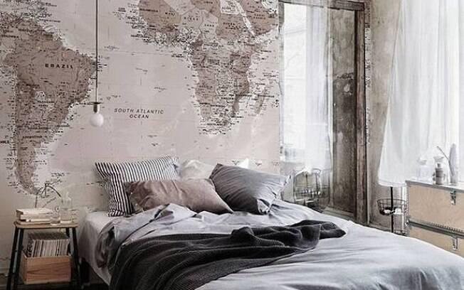 O papel de parede tem o poder de transformar a decoração e, nesse caso, o mapa atrás da cama dá um toque especial