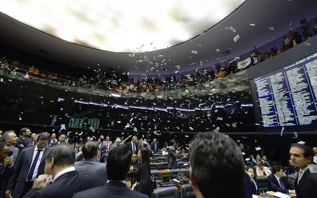 Sindicalistas jogam dinheiro falso na Câmara dos Deputados: ato levou sessão a ser suspensa