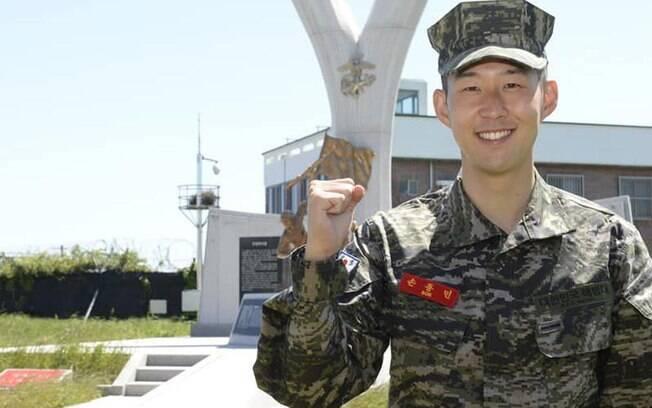 Son termina treinamento militar obrigatório na Coreia e ganha prêmio