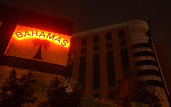 Bahamas foi reaberto. Oscar's Hotel, logo atrás, segue fechado