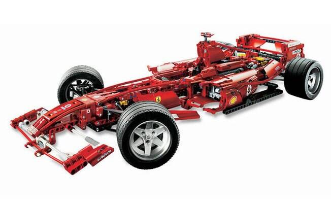 Baseado no carro da temporada 2005 da Fórmula 1, o Ferrari F1 tem suspensão funcional e volante que gira as rodas.