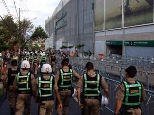 Policiamento reforçado se posiciona na entrada da rua Pitangui
