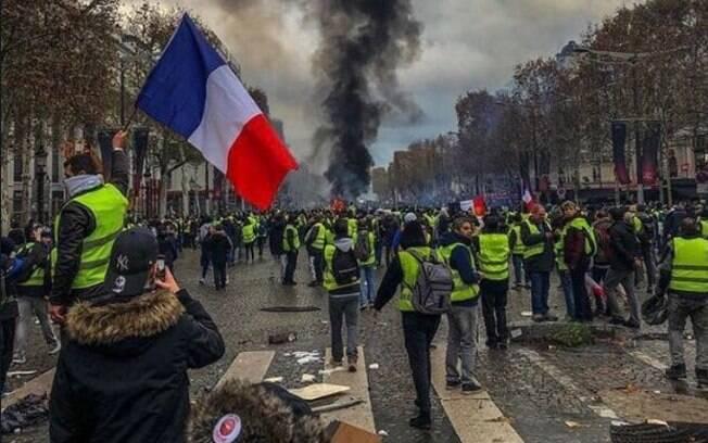 Protestos dos chamados coletes amarelos reúnem milhares de pessoas em Paris, capital da França