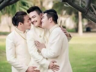 Três tailandeses gays realizam primeiro casamento triplo masculino