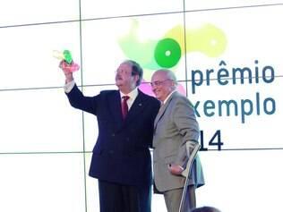 """Economia. Editor da revista """"Mercado Comum"""", Carlos Alberto Teixeira, recebeu prêmio de Luis Tito"""