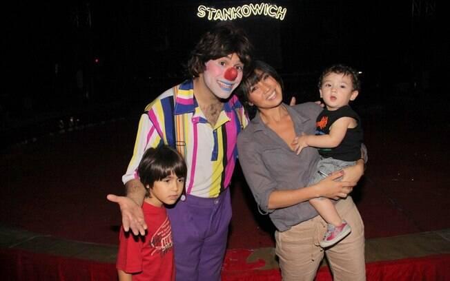 Dani Suzuki e Kauai posam com um dos palhaços do circo