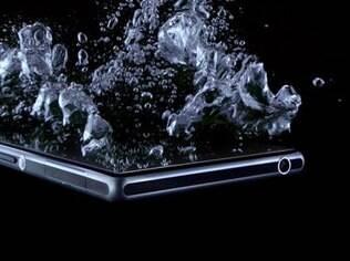Foto compartilhada pela Sony nas redes sociais mostra novo smartphone mergulhado na água