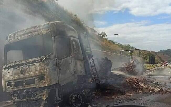 Veículo colidiu com um caminhão enquanto andava na contramão.