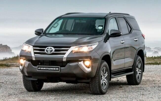 Toyota Fortuner: utilitário esportivo  médio-grande com diversificadas versões. É o primeiro entre os SUVs e picapes