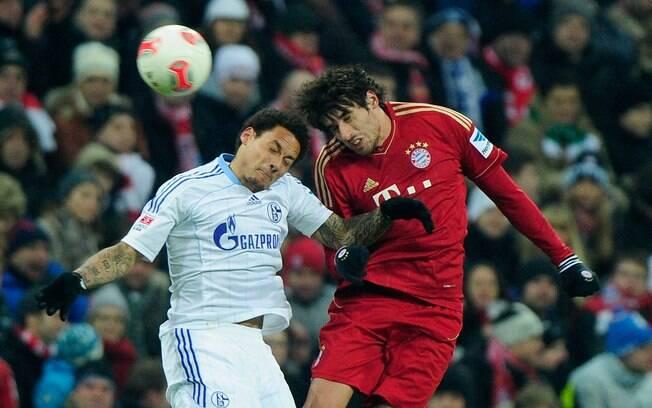 Jermaine Jones, do Schalke, e Javi Martinez,  do Bayern, disputam a bola pelo alto