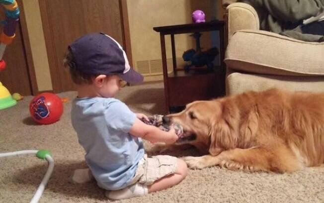 Fotos provam o quanto é bom adotar um cachorro para uma criança