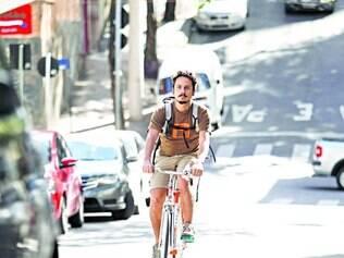 Gabriel prefere se locomover de bicicleta, economizando tempo e dinheiro