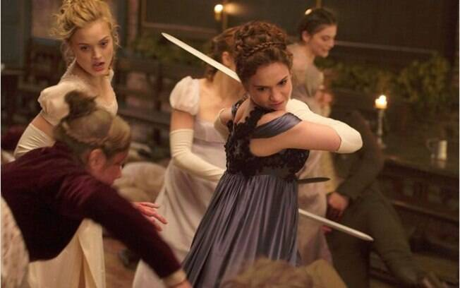 Lily James em cena do filme: