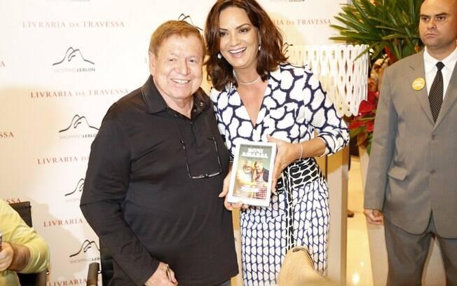 Luiza Brunet fotografa ao lado de Boni no lançamento do livro dele