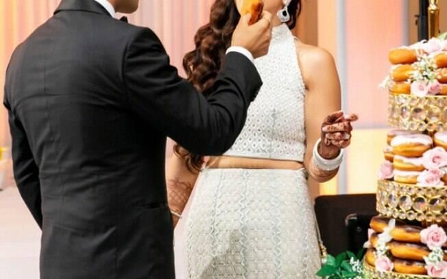 Após o bolo ser destruído, o gerente de uma loja de donuts conseguiu ajudar os noivos de uma forma inusitada e criativa