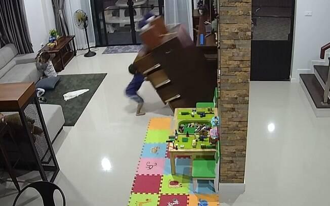 Vídeo de cômoda caindo sobre menino se tornou um alerta aos pais e responsáveis com crianças pequenas em casa