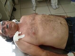 Tempos após sofrer o atentado, Dirceu Borboleta divulgou foto nas redes sociais em que aparece ferido e dizendo que estava bem