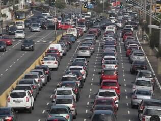 SP - TRANSITO/SP/RADIAL LESTE - CIDADES - Transito lento na Av. Alcantara Machado (Radial Leste), na altura do bairro do Belem, em Sao Paulo, na manha desta quinta-feira (5). Nao foi montada a faixa reversivel, devido   a greve dos agentes do CET.  FOTO: LUIZ GUARNIERI/ESTADAO CONTEUDO - 05/06/2014