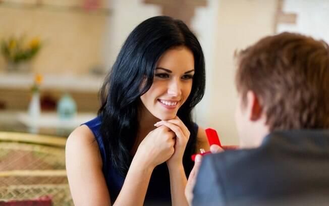 De acordo com especialista, esses comportamentos indicam que ele está pronto para fazer o pedido de casamento