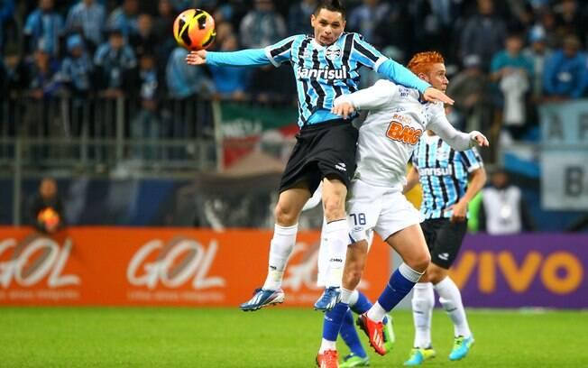 Pará e Souza disputam a bola no duelo entre  Grêmio e Cruzeiro