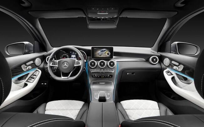 Mercedes-Benz GLC 250 ainda não recebeu o novo multimídia nem o cluster digital, o que ficará para a versão renovada