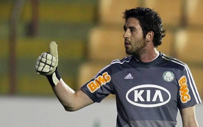 Titular do gol do Palmeiras, o goleiro Bruno  faz sinal de positivo durante a partida