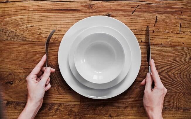 Fazer jejum e pular o café da manhã pode ajudar a emagrecer, mas também mexe com outros aspectos