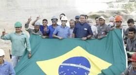 Trabalhadores fazem o 'L' de Lula em foto com Bolsonaro