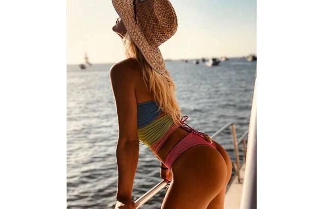 Além de aparecer com Bruna Marquezine, Giovanna Ewbank apareceu sozinha em barco