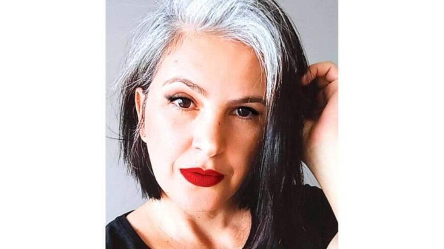Eina Santos, 43, parou de pintar a raiz por conta de uma gravidez e aprendeu a amar os cabelos grisalhos
