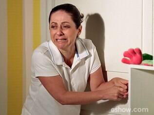 Adriana se desespera depois de ficar trancada no quarto