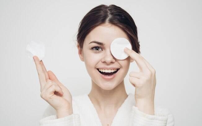 A técnica 'double cleansing' consiste em combinar duas etapas de higienização para para limpar o rosto de forma profunda