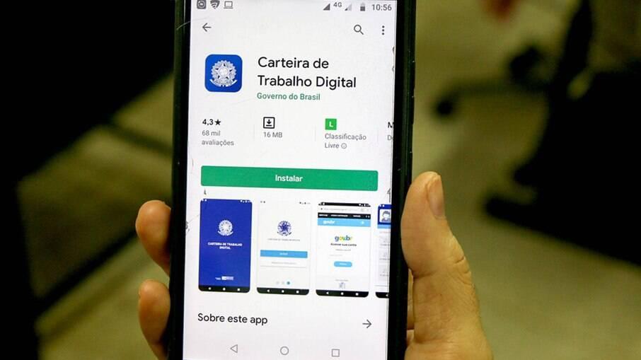 O procedimento deve ser realizado na agência bancária onde se recebe o pagamento ou pelo aplicativo SouGov.br