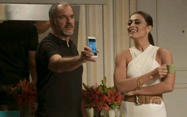 Germano se surpreende ao ver, no celular de Dorinha, uma foto de Lili e Rafael juntos.