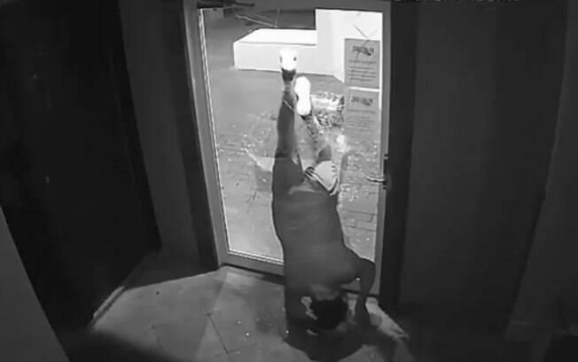 Câmeras de segurança flagraram ações desastrosas dos ladrões mais atrapalhados