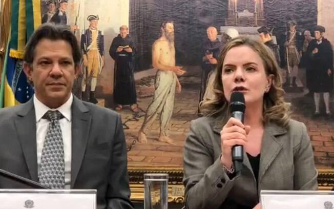 Fernando Haddad e Gleisi Hoffmann (PT) fizeram pronunciamento sobre a transferência de Lula