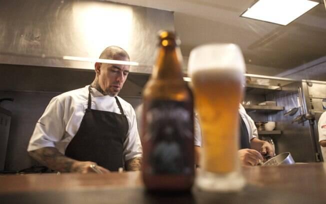 Henrique Fogaça em ação no seu restaurante, o Sal Gastronomia, em São Paulo