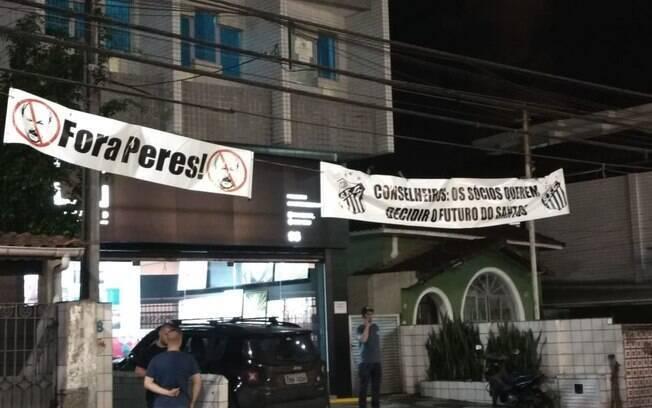 Faixas pedem a saída de Peres do Santos