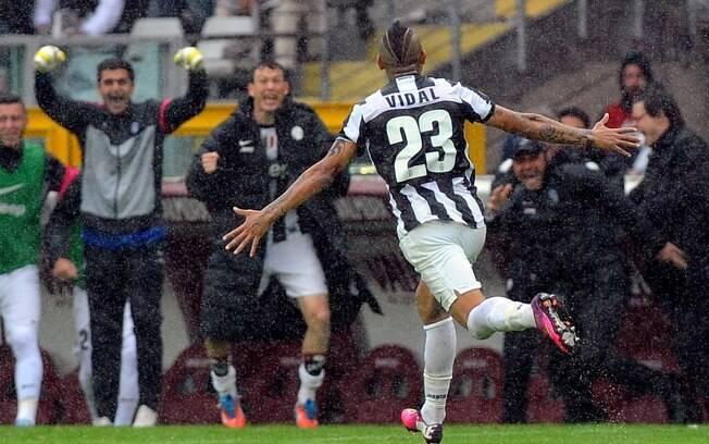 Vidal corre para festejar gol da Juventus