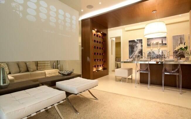 Uma grande sacada do projeto, segundo a arquiteta, foi dividir a sala do home theater com um telão para exibição de filmes