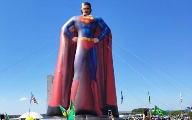 Boneco inflável do Super-Homem com o rosto do ministro Sérgio Moro
